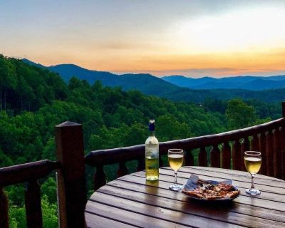 4br/3ba *MOUNTAIN VIEWS* KING BEDS, GAME ROOM, HOT TUB, GAS FIRE PIT - Pigeon Forge
