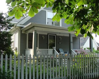 Steps from Queen Street, Historic 3 bdrm, 3 bath, Gate Street Cottage has Beautiful Gardens and Fantastic Front Porch - Old Town Historic District