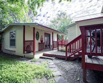 Pet Friendly Cottage Near City - Woodlawn Lake