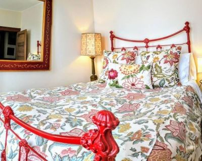 Lovely Sunlit Bedroom Perfectly Located in Restored Redwood Home - North Beach - North Beach