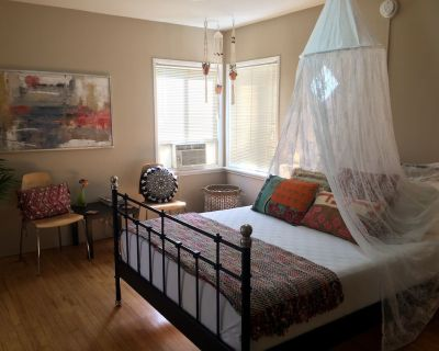 Boho-Chic Retreat - Retro & Relaxing with Full Kitchen - Burbank