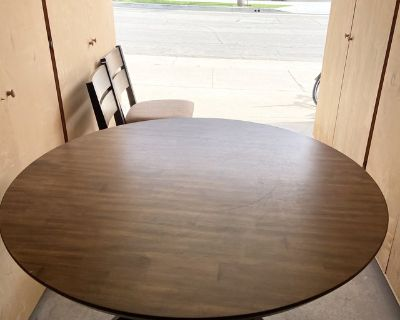 Living Spaces pre-owned dining table set in excellent condition