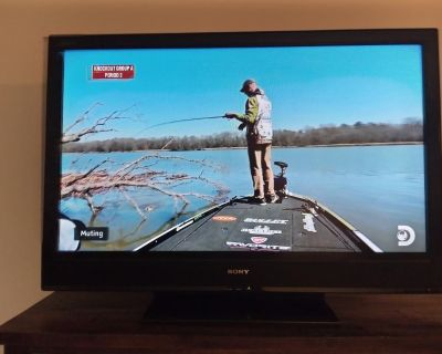 """Sony Bravia TV 32"""" (very nice)"""