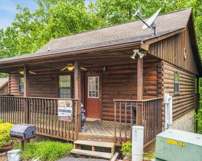 Cozy Smoky Mountains Cabin, 2 miles to Dollywood Parks, Hot Tub - Pigeon Forge