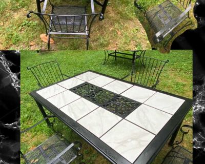 Beautiful 5 piece patio table set !! 4 bouncy chair and table