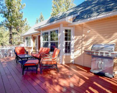 Big Tree Lodge: Ping Pong! Wood Burning Fireplace! Cable! Internet! Propane BBQ! - Big Bear City