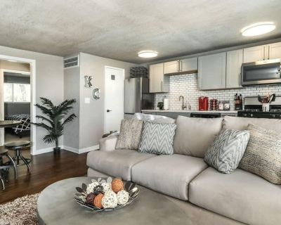 """H-8 Chic Plaza location w/ 2-King Beds and 55"""" Smart TV - West Plaza"""