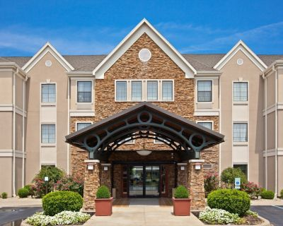 Comfortable Suite! Free Breakfast Buffet + Shared Outdoor Pool. Close to Ford Motor Company! - Middletown