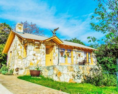 The Painter's Cabin - Hill Country Charm in Eclectic Methodist Encampment - Kerrville