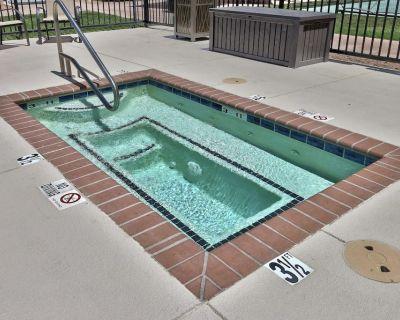 Family-friendly 2 Queen Unit, Pool, Shuttle - Albuquerque