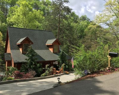 Great Location HUGE GAMEROOM mile to Prkway/trolley Dollywood Hotub,WiFi,Cable - Pigeon Forge
