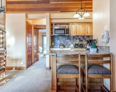 2 Story Lofted Condo Sleeps 10! Free Shuttle Service and Parking! Indoor/Outdoor Pool is open! - West Vail