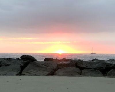 "A ""Hidden Gem""- The ""White Whale""- Beach Cottage with pristine private beach! - Buckroe Beach"
