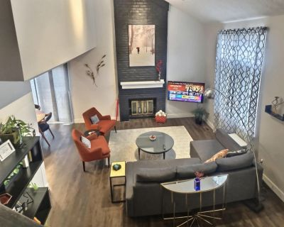 PRIVATE ENTRANCE-PRIVATE COURTYARD-PRIVATE GARAGE Stylish Downtown Indy Townhom - Renaissance Place
