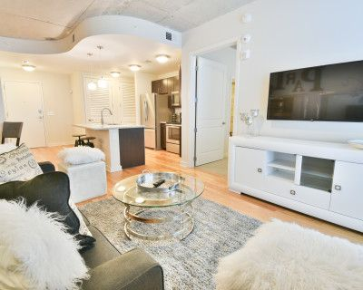 Chic Midtown Business District Apartment Next to Starbucks and Whole Foods!, Atlanta, GA