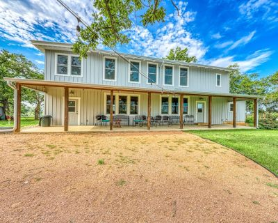 Historic but Completely Updated and Dog-friendly Farmhouse - Close to Wineries! - Fredericksburg