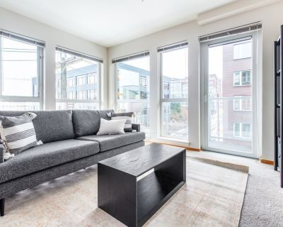 Airy South Lake Union 2BR w/ Gym, Parking, Roof Deck, by Blueground - South Lake Union