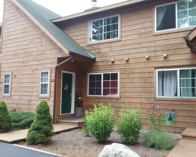 Updated Adirondack Townhouse W/mountain Views- Close to Lake George - Chestertown