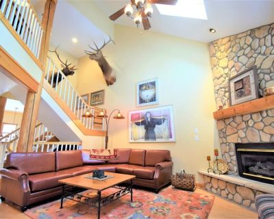 Mountain Family Lodge Retreat near Ski slopes in the pines Dramatic Lodge-like Townhome, near Mtn House Lifts, nestled in the pines. Outdoor hot tubs, private garage, grill, 4-bed w/ gas fireplace - Keystone