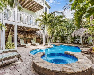 Margarita-Ville: Heated Pool, Hot Tub, Tiki Bar, Short Block to Beach, Elevator! - Holmes Beach