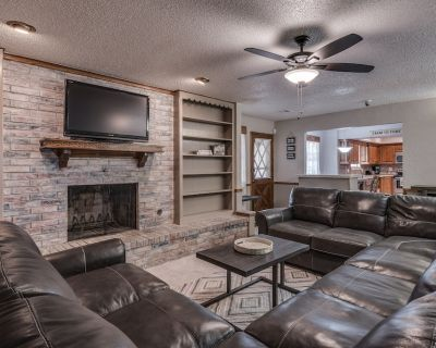 Just Like Home #1 in NW OKC for Groups & Families: POOL TABLE, 5 Cable TV's, etc - Oklahoma City
