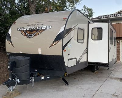 Like new! 2018 27 ft. Forest River Wildwood w/slide
