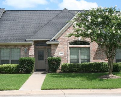 High Style Accommodations With Peaceful Patio! - College Station