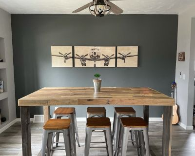 Hang out at The Hangar! Newly remodeled, beautiful home, fully furnished. - Oshkosh