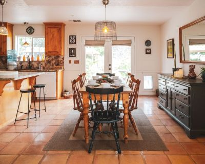 Great place to relax after a day exploring Joshua Tree Park. Large kitchen. - Yucca Valley
