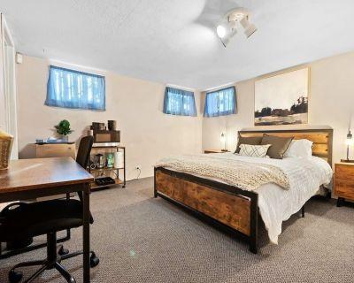 Loftium | Convenient & Well-Kept Suite In DU! - University