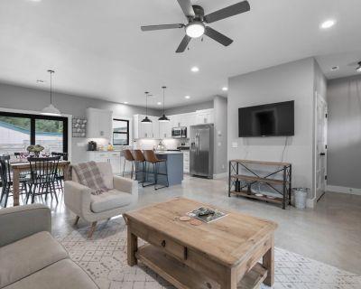 New! Luxury Home 3blck from Main St w/FirePit - Fredericksburg