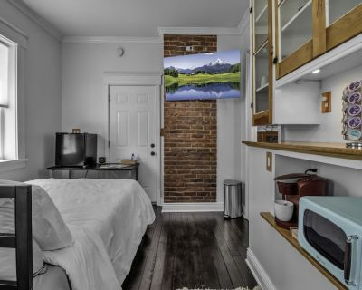 Cozy Corner on Columbus - modern & close to all! - Front Park