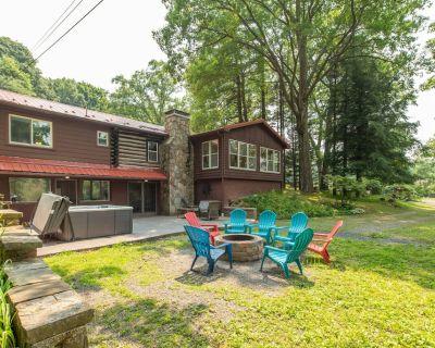 NEW! Lovely lake area home w/ hot tub, wood fireplace and outdoor fire pit! - Thayerville