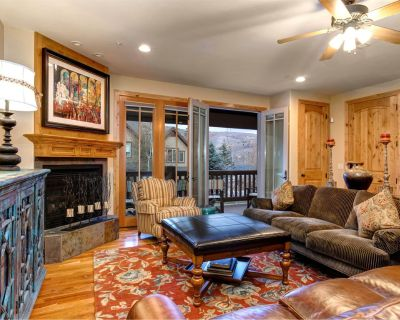 Centrally located, family-friendly townhome with private hot tub! - Canyon Links