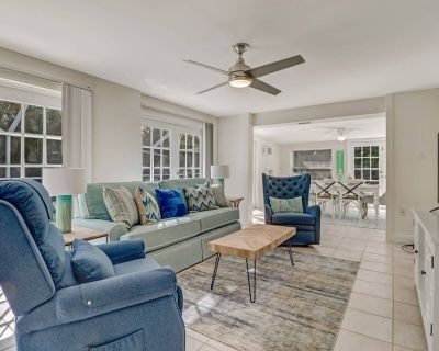 Close to Beach! Newly Remodeled, Beach Gear, Semi-private Heated Pool, BBQ Grill, Parking & Wifi - Bonita Springs
