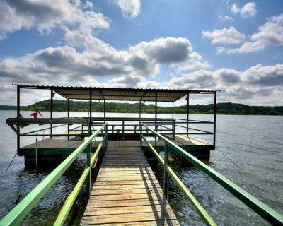 Country Cottage w/ Hot Tub/Boat Ramp/Fishing Dock/Pool! 3 Blocks to Lake Travis! - Spicewood