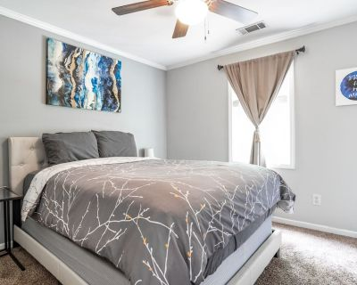 Spacious Home l King Bed l Smart TV l Close to All - Knight Park