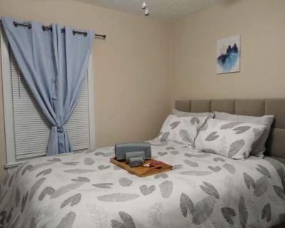Cozy Home w/Wifi, Netflix, Smart TV, Near Airport - Forest Park