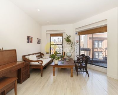 Manhattan 3 bedrooms apartment two blocks from pool and gyms