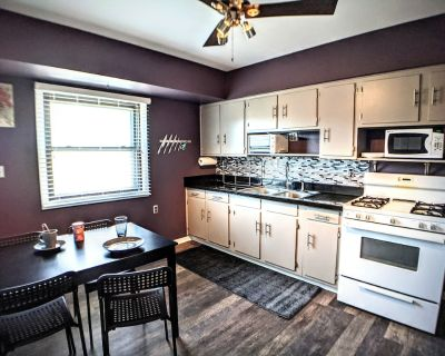 Clean, quiet 2 bedroom upper with office near airport/hospitals/bayview - Milwaukee