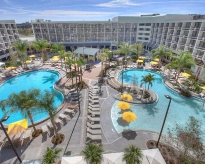 Pet Friendly Resort NEAR DISNEY! Comfy Unit, Heated Pools, Waterslide & Spa! - Orlando