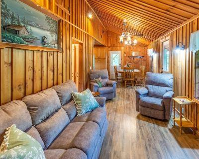 Rustic & Wooded Wonder W/wraparound Deck, Firepit & Fast Wifi! - Whittier