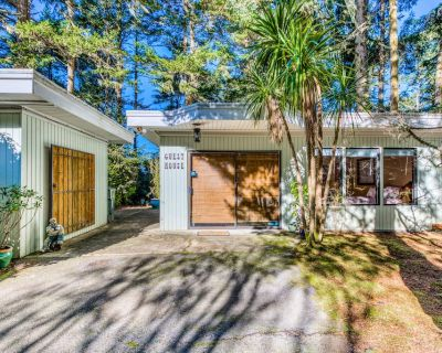 Secluded, Waterfront Home W/firepit, Full Kitchen, & Plenty of Retro-style Charm - Coos Bay