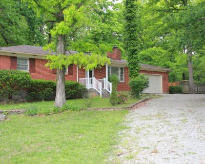Pin Oak Guest House on quiet wooded lot with Swimming Pool - La Grange