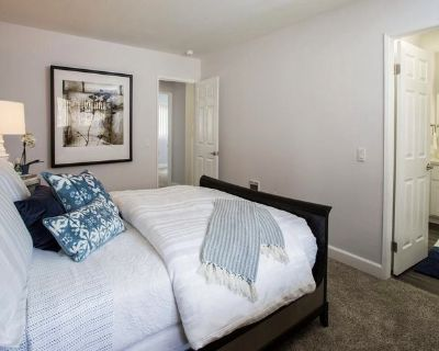 Room in cute town home, Huntington Beach