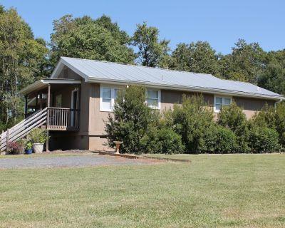 "Charlottes' ""Cozy Cottage"" Spacious, quiet, retreat, Great Location! 3BR 2 BA - Charlotte"