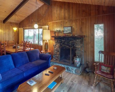 Cozy Chalet w/ a Full Kitchen, Wood Stove, Large Furnished Deck, & Free WiFi - Crestline