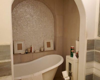 Master bedroom w. Private Bath & Entrance