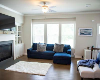 """""""Intimate By Design"""" Urban Area, Beautiful Sky View, Loft Style Townhouse, Modern Style Living, Elegant Dining Space For Up To Ten Guest, Mableton, GA"""