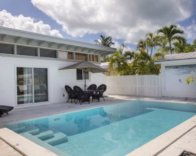 Bahama Drive has a beautiful home with a pool and seawall for your boat - New Town